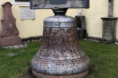 Marien-Glocke auf dem neuen Standplatz hinter der Gnadenkapelle St. Märgen. foto©ka